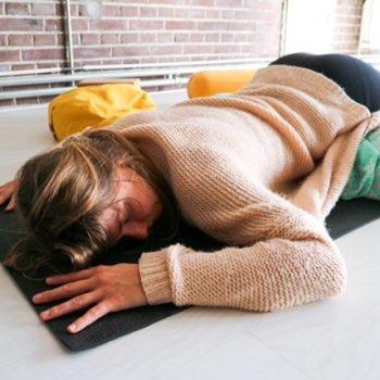 Restorative Yoga bij Yogi Heroes de yogaschool van Hilversum