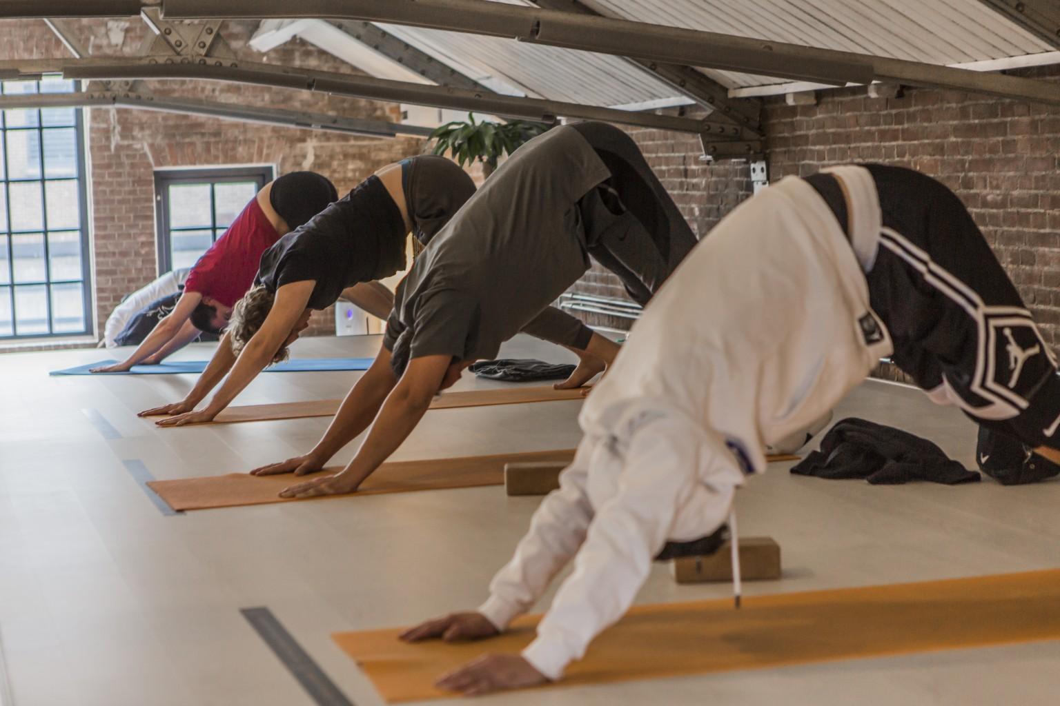 Yogalessen voor bedrijven en medewerkers bij yogaschool Yogi Heroes in Hilversum