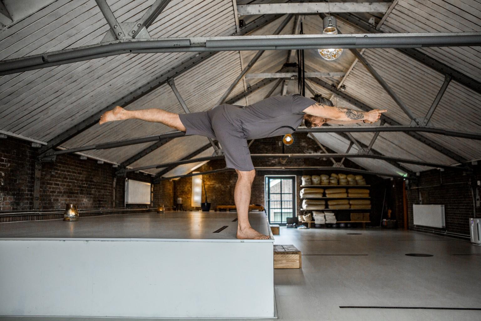 Vinyasa flow yoga beoefen je bij de yogaschool van Hilversum Yogi Heroes