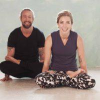 Vinyasa beoefenen mannen en vrouwen bij Yogi Heroes de yogaschool in Hilversum